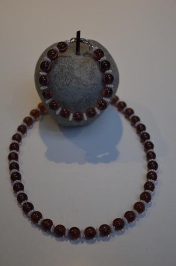 Set - Dolly Dot Flower Armband en ketting in bordeaux kunststof parels met witte bloementjes tussen €19,00 ipv €29