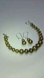 Armband met bijpassende oorbellen, groene zoetwaterparel geknoopt. €29,00 per set - In stock SE002