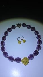 Ketting met bijpassende oorbellen: paarse stenen en oud-gele bloem €35,00 per setje