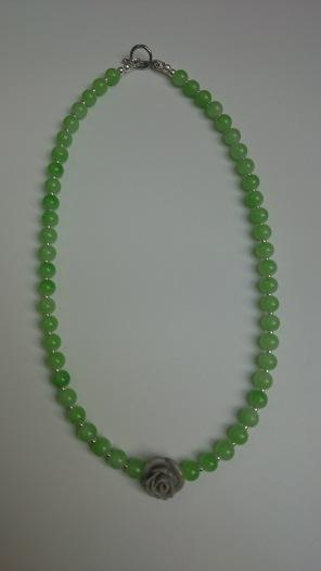 Ketting met licht groene glasparels en een grijs roosje €15,00 ipv €29,00
