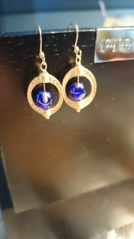 Zowel verkrijgbaar in zilverkleurig als in goudkleurig, met verschillende steentjes. €9,00 per paar