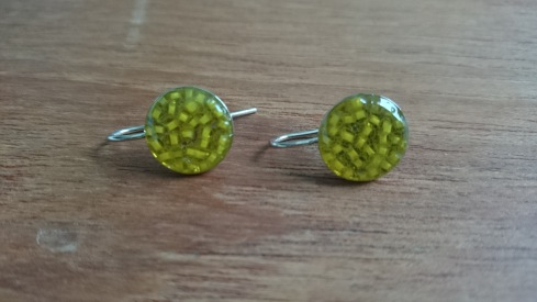 Oorbellen met groene rocailles in hars €13,00 per paar - In stock O002