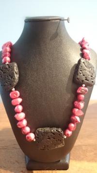 Roze zoetwaterparel met zwarte koraal €25,00 ipv €35,00 - In stock KE002