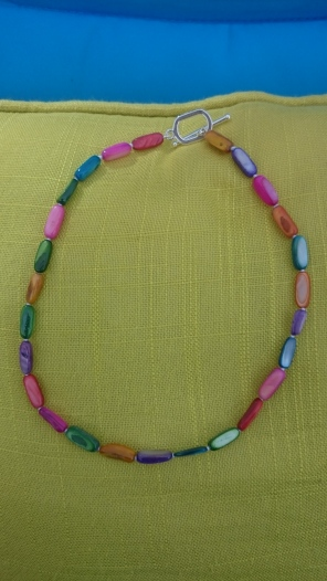 Geknoopte ketting met vrolijk gekleurde parels €35,00 - In stock KE004
