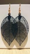 Oorbellen met donkerblauwe blaadjes €11,00 per paar