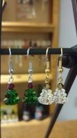 Oorbellen: Kerstboompjes gemaakt met Swarovski parels €15,00 per paar