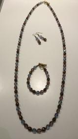 Setje bestaande uit Armband, lange ketting & oorbellen Setje: €30,00 ipv €50,00 Ook apart verkrijgbaar In stock