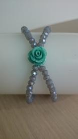 Armband dubbel: grijze glasparels en bloemetje €25,00
