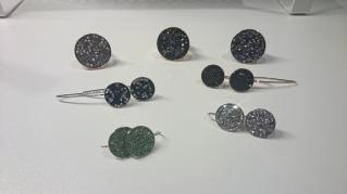 Bovenaan 3 ringen: €18,00 per ring Midden: 2 paar lange oorbellen: €18,00 per paar Onderaan: 2 paar korte oorbellen: €15,00 per paar