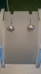 Oorbellen met lichtroze zoetwaterparel aan zilverkleurig haakje €9,00 per paar