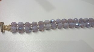 Dubbele armband met licht paars/parelmoer facetkralen €25,00