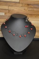 Halsketting met lusjes met glasparels en bijpassende oorbellen Set: €45,00 Deze halsketting kan je ook maken in een workshop! Voor meer informatie, neem gerust contact op