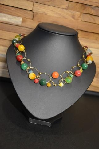Halsketting met lusjes met glasparels en bijpassende oorbellen €39,00 Deze halsketting kan je ook maken in een workshop! Voor meer informatie, neem gerust contact op