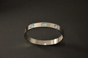 Armband van staal met 3 Swarovski steentjes Kleur naar eigen smaak €35,00