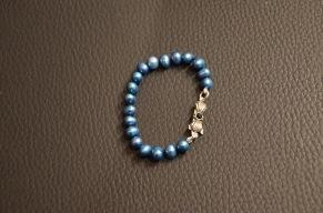 Blauwe zoetwaterparel met zwarte draad geknoopt en zilver slotje met zwart Swarovski steentje €25,00