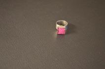 Zilverkleurige ring met Roze dots in vierkant overgoten met hars €15,00