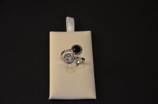 Ring in staal met 2 Swarovski steentjes Verschillende kleurcombinaties mogelijk €25,00 per ring