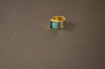 Gouden ring met vierkant en blauwe dots overgoten met hars €15,00