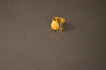 Goudkleurige ring met gouden dots, overgoten met hars €15,00